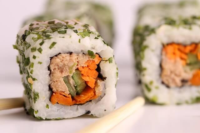 """Middagstips: Hemlagad Sushi är superenkelt att göra och är samtidigt perfekt """"plockmat"""" som imponerar på dina gäster. Funkar lika bra som en enkel förrätt som etn huvudrätt."""