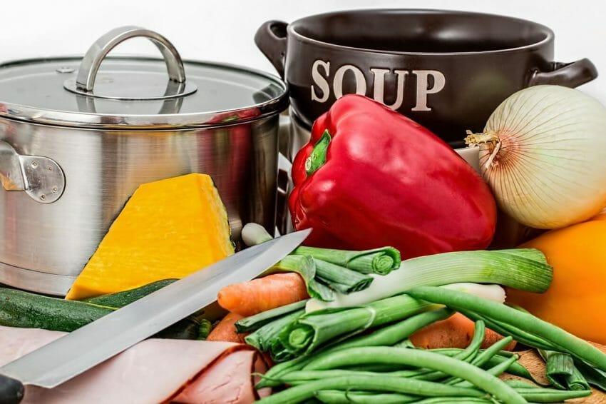 Att välja närproducerat, ekologisk, KRAV-märkt och vegetariskt är några steg som leder åt rätt håll.
