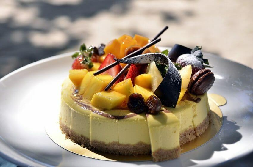 Många tror att det är svårt att baka tårta och avstår därför men faktum är att det är både roligt och enkelt.