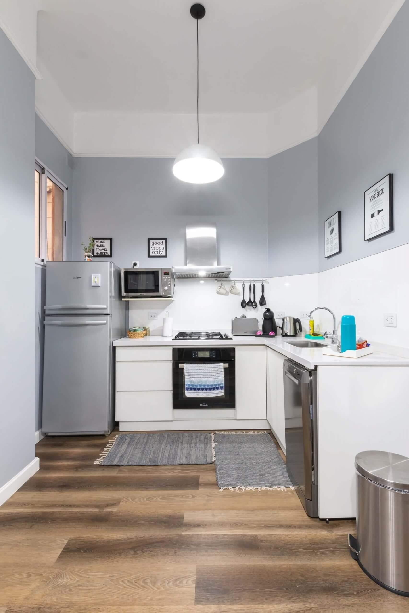 Ett kök vars yta du hade kunnat fördubbla med artikelns tips! Tvärt emot compact living.